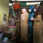 Wakil Bupati Maros Suhartina Bohari saat sidak pedagang makanan
