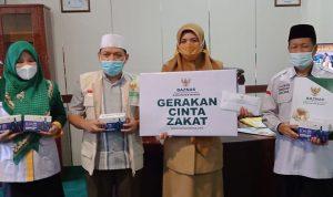 Wakil Bupati Maros Suhartina Bohari saat salurkan zakat ke Baznas Maros